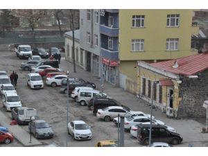 Kars'ta Gelişi Güzel Park Edilen Araçlar Vatandaşı Çıldırttı