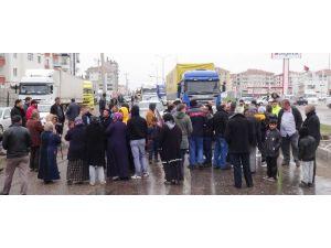 Trafik Işığı İsteyen Mahalle Sakinleri Karayolunda Oturma Eylemi Yaptı