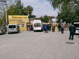 Lise önünde bıçaklı kavga: 2 yaralı