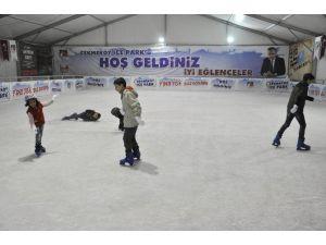 Suriyeli Minikler Buz Pateniyle Tanıştı