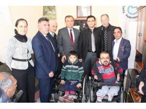 Müge Anlı Engellilere Tekerlekli Sandalye Hediye Etti