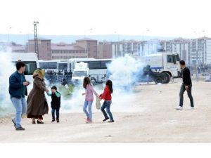 Nevruz Alanından Çıkan Grup, Polise Saldırdı
