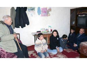 Vali Güner Çocuklarla Birlikte Yaşlıları Evinde Ziyaret Etti