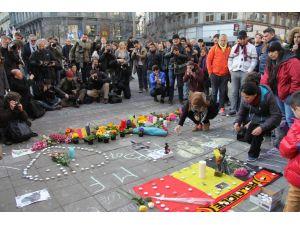 Brüksel saldırılarına karşı yüzlerce vatandaş dayanışma için bir araya geldi
