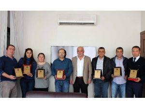 Başkan Karaçelik'ten Yardımsever Esnaflara Plaket