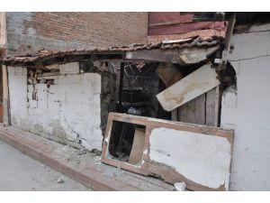 Evine Otomobil Çarpan Yaşlı Kadın Gözyaşlarına Boğuldu