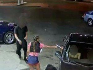 Genç Kadın, Mini Eteğinden Çıkardığı Silahla Dehşet Saçtı