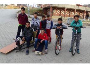 Yozgat'ta Çocukların Tornetle Kayak Keyfi