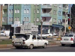 Otomobilin Üzerinde Briket Taşıdı