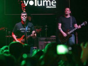 Rockçı Profesör, gündüz derste gece sahnede
