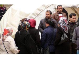 Beratcan'ın Ailesi, Kurulan Çadırda Taziyeleri Kabul Ediyor