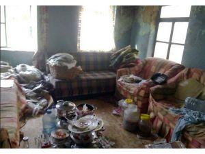 Çöp Evde Yaşayan Aileye Milas Belediyesi El Uzattı
