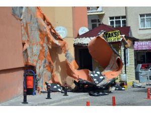 Şiddetli Rüzgarda Yıkılan Baca, Otomobilin Üzerine Düştü