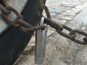 Çalınmasın diye zincirle ağaca bağladı