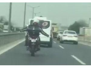 Çılgın Motorcu Akan Trafikte Akrobasi Yaptı