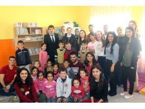 Üniversite Öğrencilerinden İlköğretim Okulu Öğrencilerine Kitap Yardımı