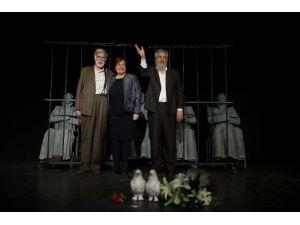 İzmirliler 'Adalet Sizsiniz'i Ayakta Alkışladı
