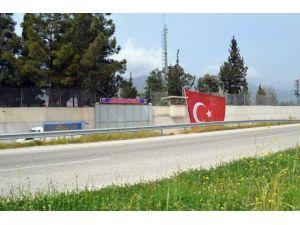 Güzelce Karakoluna Dev Türk Bayrağı