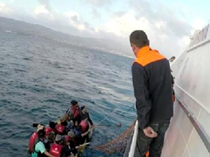Ege Denizi'nde bindikleri bot sürüklenen 40 kaçak göçmen kurtarıldı