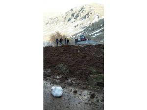 Heyelan Nedeniyle Ağrı-van Karayolu 2 Saat Trafiğe Kapalı Kaldı