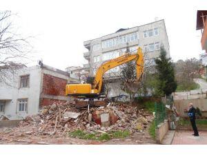 Serdar Mahallesinde Metruk Bina Yıkıldı