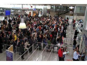 Atatürk Havalimanı'nda Sistem Durdu, Uzun Kuyruklar Oluştu