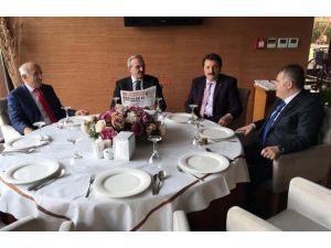 Bursa Ve Bayburt Valisi Yemekte Bir Araya Geldi
