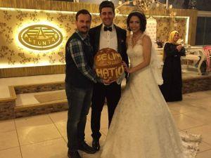 """Düğünde Arkadaşına """"Ekmek"""" Taktı"""