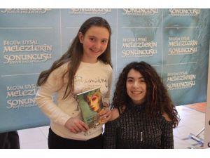 Genç Yazar Begüm Uysal, Espark'ta İmza Gününe Katıldı