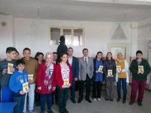 Eğitimci Yazar Ahmet Öztürk Yeniköy'de Öğrencilerle Bir Araya Geldi