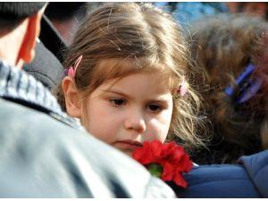 Minik Kızı Şehit Babasını Kırmızı Karanfille Uğurladı