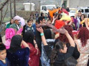Irak Sınırındaki Derecik'te Türk Bayraklı Düğün