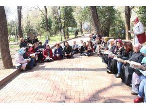 Kadınlar Kütüphane Haftasında Sokakta Kitap Okudu