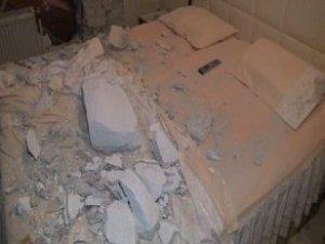 Devrilen İş Makinesi Yatak Odasının Duvarını Yıktı