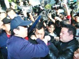 Tayvan'da Sokak Ortasında Dehşet! Annesinin Gözü Önünde Kafasını Kestiler
