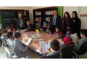 Zeki Aktürk'ten Kütüphane İçin 800 Kitap