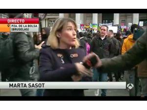 Belçikalı holiganlar canlı yayında İspanyol muhabiri taciz etti