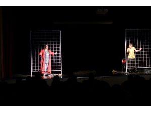 'Dış SES' Adlı Tiyatro Oyunu Sahnelendi