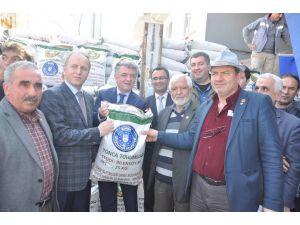 Büyükşehir'den Karacabeyli çiftçilere yonca tohumu desteği