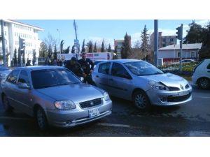 İki Otomobil Çarpıştı, Maddi Hasar Meydana Geldi