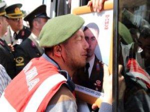 Kahraman Yüzbaşı Halil Özdemir'in Askeri, Fotoğrafına Sarılıp Ağladı
