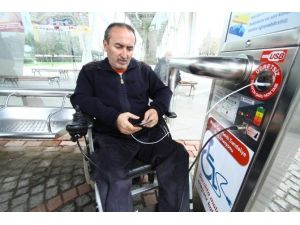 Büyükşehir Otobüs Duraklarına Şarj Ünitesi Yerleştirdi