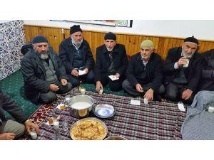 Sabah namazına gelenlere süt ve börek ikram ediyorlar