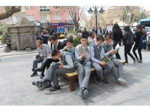 Vatandaşlar Parkta Kitap Okudu