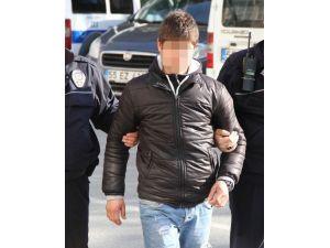 Polisi Görünce Uyuşturucuyu Yere Altı