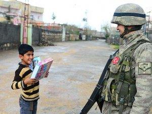Terör mağduru çocukların oyuncak sevinci