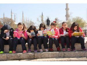 Caddede Kitap Okudular