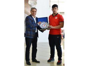 Uysal'dan Şampiyon Güreşçiye Başarı Plaketi