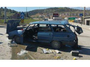Kavşakta Otomobil Tır'la Çarpıştı: 3 Yaralı