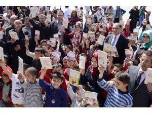 Başkan Toru'dan Öğrencilere Kitap Hediyesi